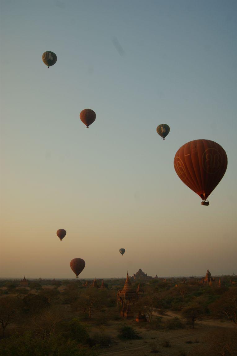 Heißluftballons in Bagan