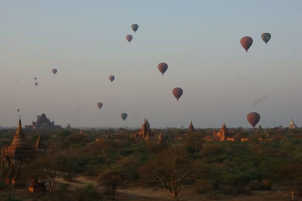Ballons über Bagan