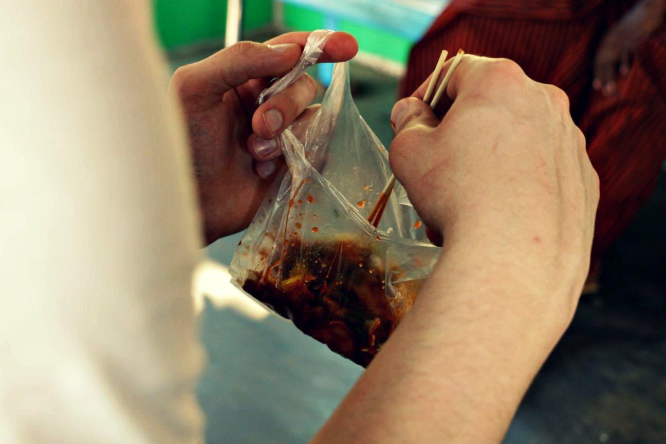 Essen aus der Tüte in Myanmar