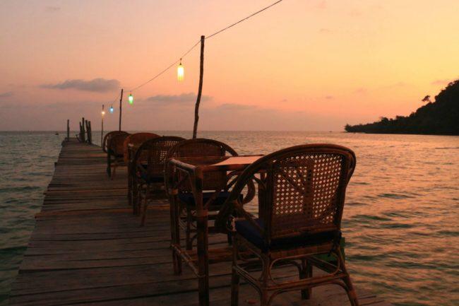 Restaurant mit Sitzplätzen auf dem Steg
