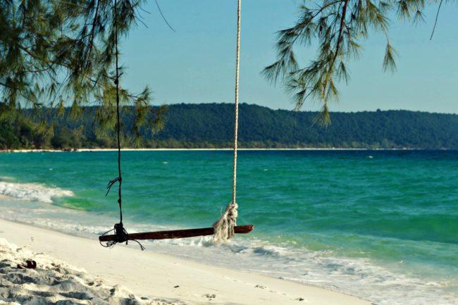Schaukel am paradisischen Strand von Koh Rong